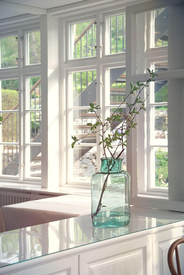 Ekstrands träfönster Sverige104 på Rusthållargården i Arild #Ekstrands #Fönster #Ekstrandsfönster #Träfönster #Spröjs #Spröjsadefönster #Gammeldags #Fönsterhake #Fönsterhakar #Rusthållargården #Arild #Fönsterbyte #Inspiration #Renovering