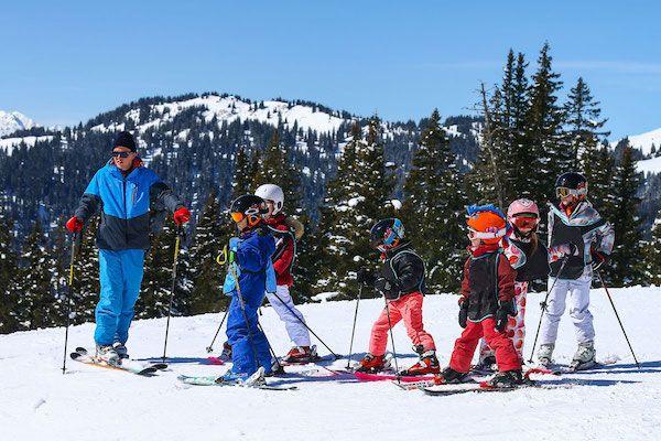Hoe werkt de Franse skischool?  Je gaat met de kinderen op wintersport in Frankrijk en vraagt je af hoe het systeem van de ESF in elkaar steekt. Piou-Piou, étoiles, chasse-neige… De Franse termen vliegen je om de oren. Een aantal handige weetjes.