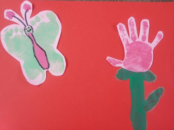 Hand en voet afdruk in de vorm van een bloem en vlinder