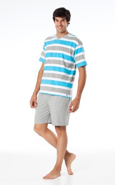 Conjunto Punto Blanco modelo Milenium 100% algodón. Camiseta manga corta y cuello pico. Con listas anchas en color azul turquesa, gris y blanco. Pantalón corto color gris. http://www.perfumeriaelajuar.com/homewear/pijamas-hombre-verano/03403860/pijama-verano-punto-blanco-mileniun.html