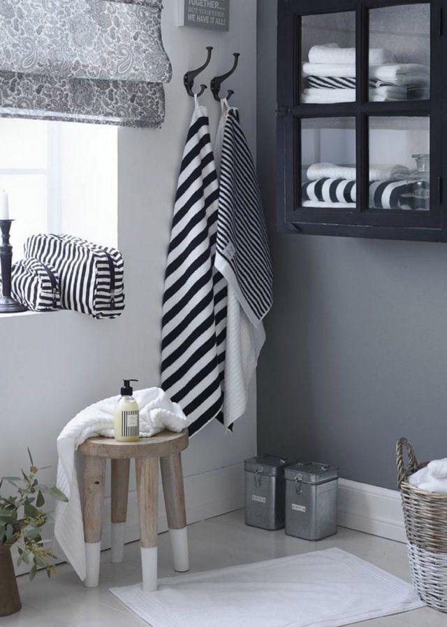 Un tabouret comme une étagère dans la salle de bains barefootstyling.com