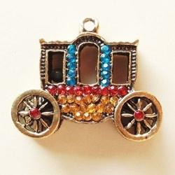 Cinderella's carriage. Charm in metallo dorato tempestato di cristallini. Dimensione 30 x 25 mm.