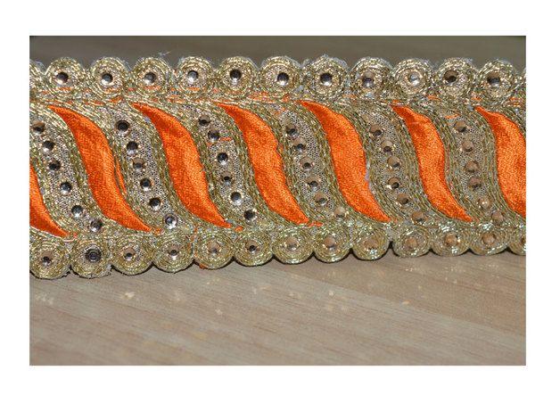 Belle garniture de la frontière Golden Orange Couleur Sari. Garniture est décoré avec Orange fil de couleur broderie et or Kundan Stones. Notre dentelle va ajouter mystique à votre tissu, vous...