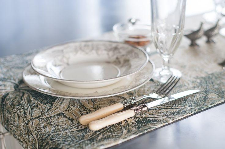 """Тарелки коллекции """"Бертилль"""" вытравленного белого цвета с ручной росписью нежно-шоколадного оттенка - элегантное и стильное решение при сервировке стола."""