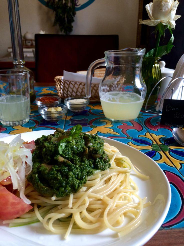 Spaguettis with pesto and mushrooms