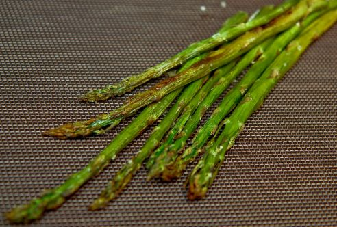 Рецепт приготовления запеченной спаржи в духовке. Полезные рецепты для здорового образа жизни от Live Up!