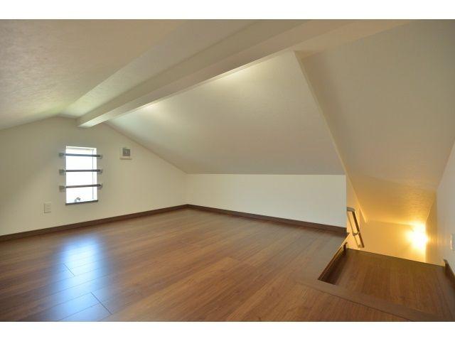 小屋裏収納:<br /> 物の出し入れが簡単にできるように、ハシゴではなく普通の階段で行き来できるようにしました。