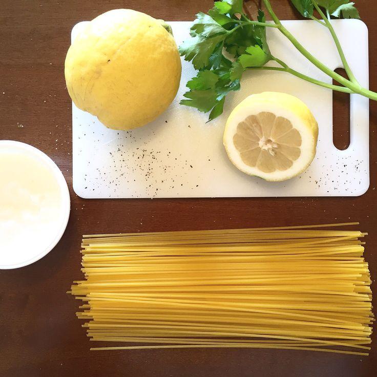 Non hai fatto la spesa? Idee dell'ultimo minuto.  Nel mio frigo l'altro giorno abbondavano solo verdure per il contorno. E il primo? Come lo faccio? Limoni dell'orto del mio papà, prezzemolo fresco dell'orto del mio papà, yogurt greco.. Mmhh: Spaghetti mais e quinoa #glutenfree yogurt e limone! Non fatevi ingannare dall'idea e dal possibile sapore che ha nella vostra testa immaginandolo, è divino! Leggerissimo, sano e delicato! Provare per credere!
