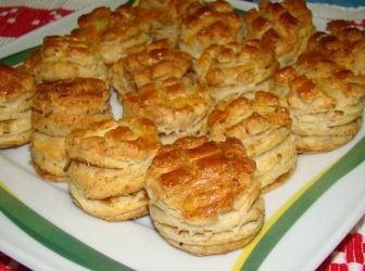 Leveles tepertős pogácsa recept: Egy könnyű, leveles tepertős pogácsa recept. Mindenképp próbáld ki, nem fogod megbánni! ;) http://aprosef.hu/leveles_tepertos_pogacsa_recept