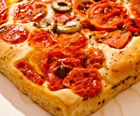 In Molise esistono diverse versioni della classica focaccia fatta in casa. Spesso viene preparata con le patate o con il formaggio ma è buona anche servita con un pizzico di sale. Nella ricetta che segue è a base di pomodori secchi, olive ed erbe aromatiche. Rappresenta un delizioso antipasto da servire a spicchi.