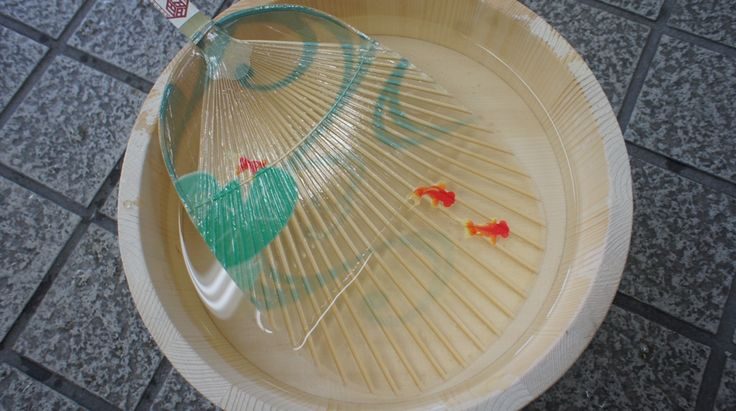 水うちわ (Mizu uchiwa)    Mizu uchiwa is water fan that sends cool air by using evaporation heat.  Fanning after the paddle is dipped in water also provides cool air.