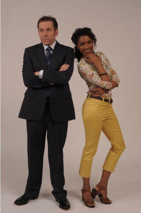 Ben Miller ( inspecteur Richard Poole ) et Sara Martins (sergent Camille Bordey ) Meurtres au Paradis