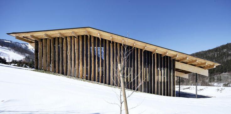 Fransız Alpleri üzerinde, Mont Blanc zirvesine çok yakın bir mesafede gerçekleştirilen proje, bu yoğun dağ peyzajına mümkün olduğunca doğal bir şekilde eklemlenmeyi amaçlamış. Dağcılık ve tırmanış ekipmanları tasarlayıp satan bir firma için inşa edilen yapının geniş bir çatıya sahip olması sağlanırken, çatı örtüsü üzerinde, arazi eğimini takip ederek - kuzeyden güneye - tekrar eden ve iç mekana ışık girişi sağlayan çizgisel açıklıklar oluşturulmuş. Çatının tam ortasında bırakılan teras…