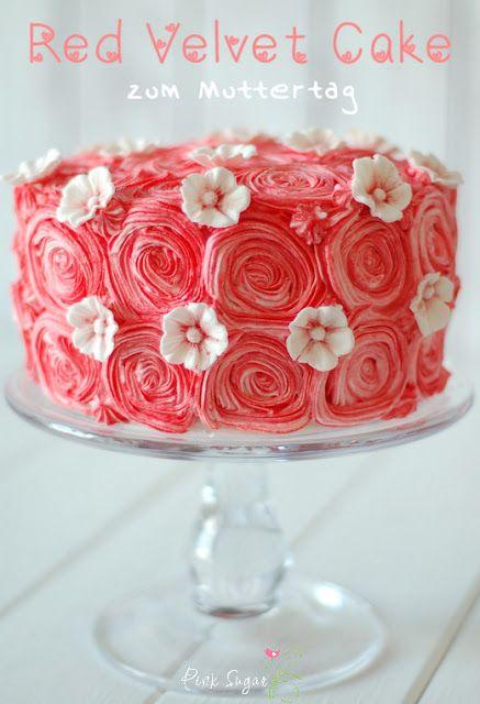 eine Buttercreme Rosentorte unter dem sich ein saftiger red velvet cake verbirgt