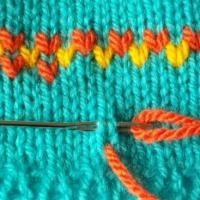 Hoe mazen bij het breien? Hoe doe je het en wat is mazen. Mazen is een soort breien, maar dan met naald en draad. Met één draad ga je de gebreide steken ...
