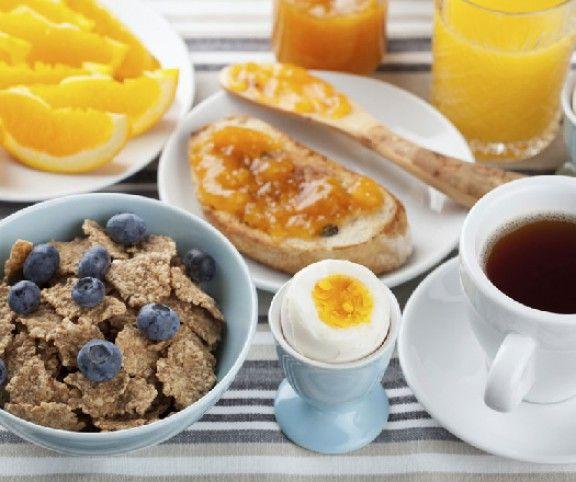 Reggelente a nagy kapkodásban sajnos sokan megfeledkeznek a nap első étkezéséről, pedig érdemes lenne időt szakítani rá: a helyesen összeállított reggeli ugyanis a hangulatunkra és az egészségünkre is pozitívan hat!