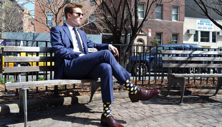 Os homens estão cada vez mais tirando proveito da moda para transformar seu vestuário em comunicação.  O estilo que cada pessoa adere diz muito sobre sua personalidade e gostos, assim, o público masculino, em geral, vem incorporando cada vez mais uma postura ativa em relação às tendências e a construção de uma estética favorável ao meio.  Um dos passos mais simples para se adquirir um estilo moderno e despretensioso é o uso de meias coloridas. Elas são os principais coadjuvantes nas fotos…