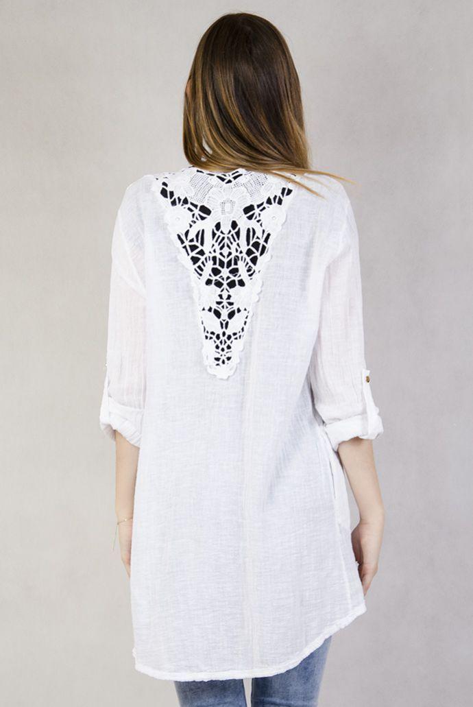 Biała narzutka z ażurowym wzorem na plecach