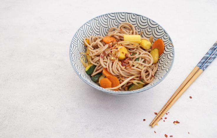 gezonde maaltijd | vegetarische wok met soba noedels en groenterestjes