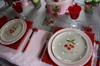 Une table avec des cerises pour la fête des Mères - Assiette à dessert Cerise - Journal des Femmes Décoration