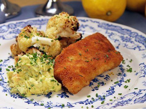 Panerad torskfilé, rostad blomkål med citron och enkel remouladsås med curry och pickles.