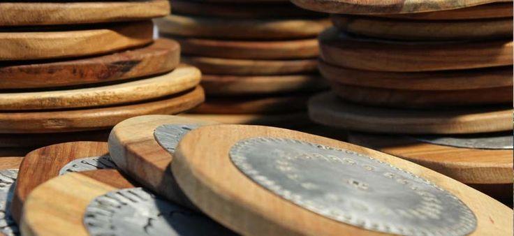 Emouvants et magnifiques sous-verres en bois clair de récupération, avec une surface en métal, poinçonnée à la main individuellement! Chaque sous- verre est donc unique ! Diamètre env. 10 cm. Sous- verres vendus par 4 (25€) ou par 6 (36€).