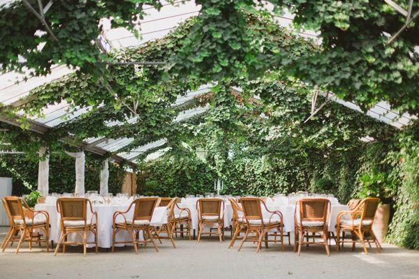 Eine romantische Hochzeit in einem Gewächshaus | Friedatheres