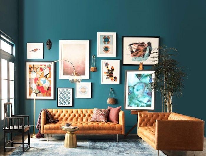 Grand Salon Moderne Bleu Petrole Peinture, Deco Murale De Cadres Colorés  Originaux, Canapé En Cuir Orange, Tapis Bleu Et Blanc, Table Basse Couleur  Or