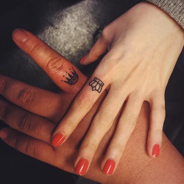 Conheça nossa grande seleção com 90 fotos de exemplos de tatuagens no dedo para você se inspirar. Confira!
