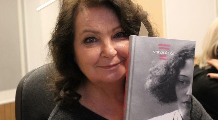 Anna Dymna w studiu Trójki prezentuje okładkę czytanej powieści