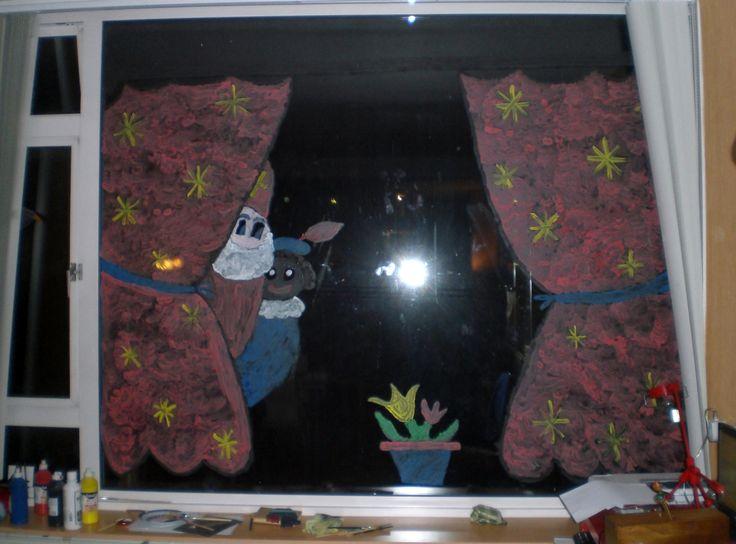 Sint & piet achter de gordijnen (na sinterklaas haal je sint/piet weg en kan je een kerstboom schilderen of alleen de gordijnen laten staan)