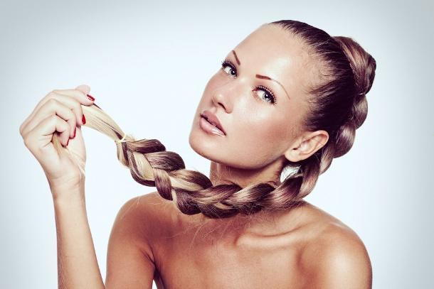 Domowe specyfiki zapobiegające wypadaniu włosów: http://www.kobieta.info.pl/pielgnacja-wosow/1740-domowe-specyfiki-zapobiegajce-wypadaniu-wosow