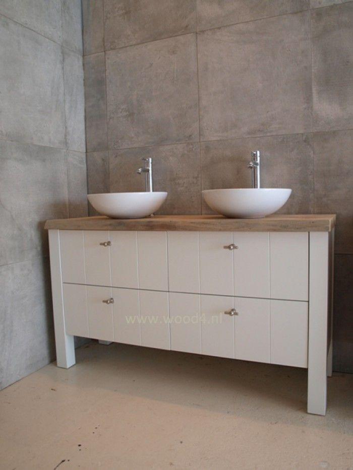 Badkamer en badkamermeubel:  Een wit badkamermeubel met een iepen houten schaaldeel als blad...Het blijft een perfecte subtiele combinatie.   We zijn ook heel erg benieuwd naar jouw mening!