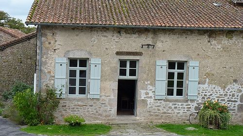Ce vrai village limousin évoque la vie rurale du début du XXe siècle dans des lieux authentiques : la maison et son étable, le fournil de la ferme, le lavoir, l'école communale, le toit à cochons et à poules, le bûcher, le grenier, l'atelier du sabotier, l'atelier du cordonnier... Le visiteur peut accéder toute l'année à tous les lieux gratuitement. En savoir + www.tourisme-hautevienne.com