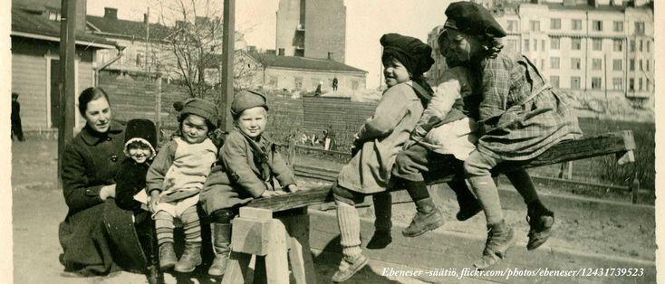 Kolmiosainen historiasarja lasten elämästä 1900-luvun alun Helsingissä, kertojina ovat Martta Salmela-Järvinen, Kullervo Linna ja Tyyni…