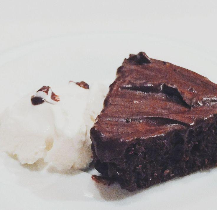 Иногда очень хочется съесть что-то шоколадное-шоколадное.   Шоколадный пирог с соевым мороженым  Пирог [1.5 ст. муки + 0.5 ст. манки + 0.5 ст. коричневого сахара или 0.5 ч.л. экстракта стевии + 3/4 ч.л. соли] + [1 ст.л. яблочного уксуса + 1 ч.л. питьевой соды (погасить соду уксусом) + 250 мл сока + 80 мл растительного масла без запаха]  Пока выпекается пирог, заморозить соевый йогурт.  #рецепт #рецепты #вкусно #фотоеды #салат #kindcook #пост #веган #вегетарианство #десерт #пирог #шоколад