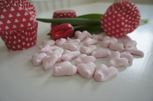 Pink heart-shaped meringues