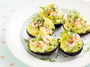 Avokado fylld med räkröra, perfekt till förrätt. Receptet är hämtat ur boken LCHF för kvinnor.