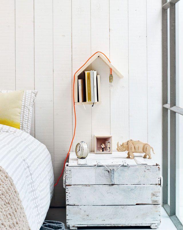 Men neme één lat en een aantal deuvels en het eindresultaat is een twee-in-één wandhuisje. Dit simpele DIY projec is een wandlampje en stijlvolle boekenplank in één. | 101 woonideeën #DIY