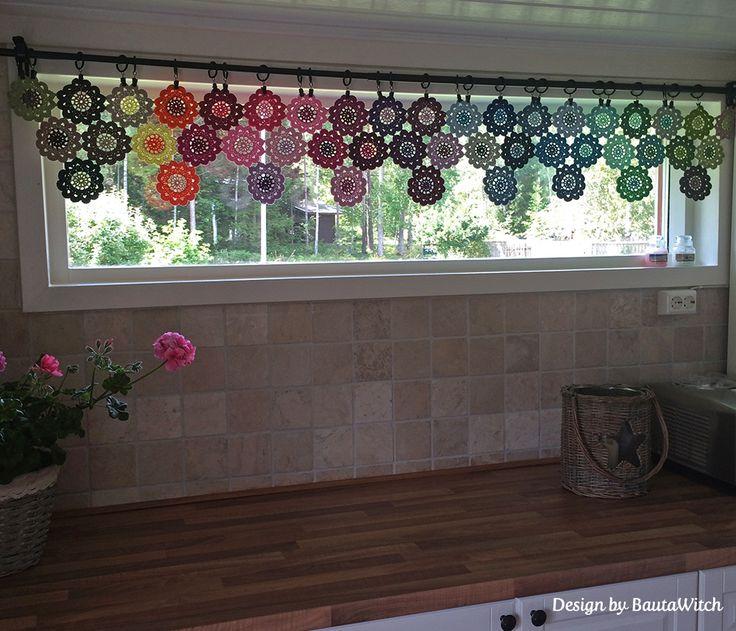 Virkad gardinkappa av japanska blommor i många av Catanias underbara färger.   Mönster på gardinen finns i min blogg: http://BautaWitch.se och garnet köper du i min webbshop: http://BautaWitch.com   Välkommen!