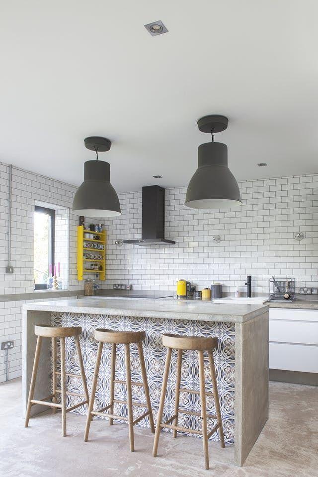 Барная стойка из бетона является центром кухни. Бетонная барная стойка просто идеальна для кухни в стиле лофт. .