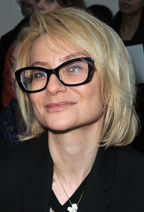 Korte frisurer for ældre kvinder med briller