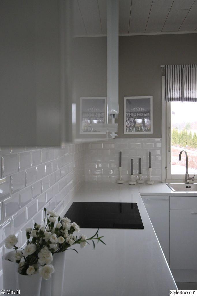 moderni keittiö,valkoinen keittiö,ikea keittiö,korkeakiilto,valkoiset vetimet