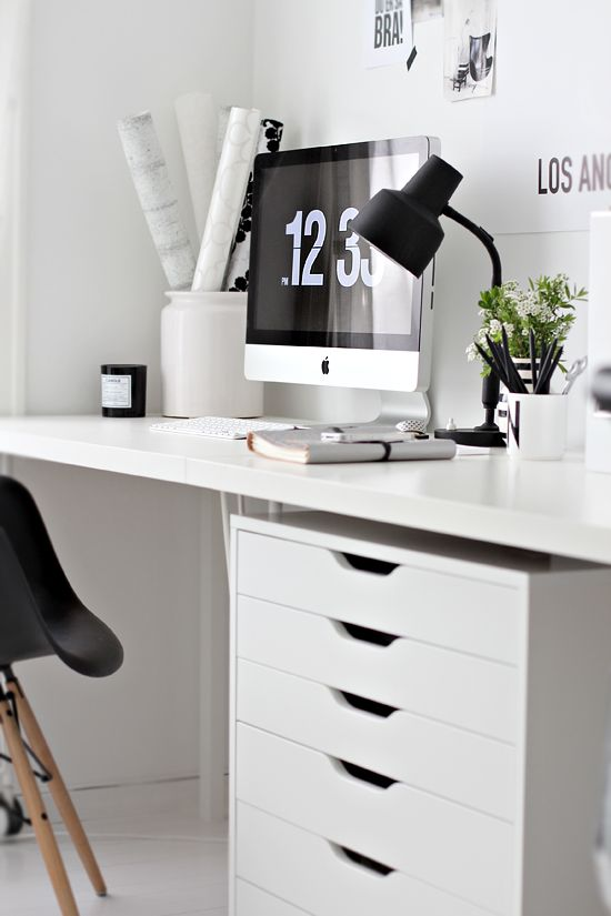 Via Stylizimo | Home Office | Black and White | Eames Daw Chair