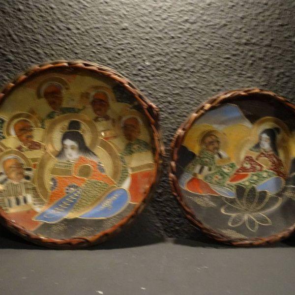 Twee Aziatische porseleinen rijk beschilderde borden in riet bespannen