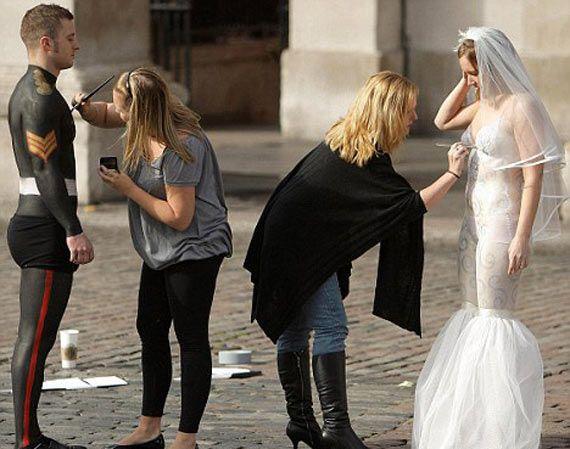 बिना कपड़ों के दूल्हा दुल्हन ने रचाई शादी, देखें तस्वीरें - uttamhindu