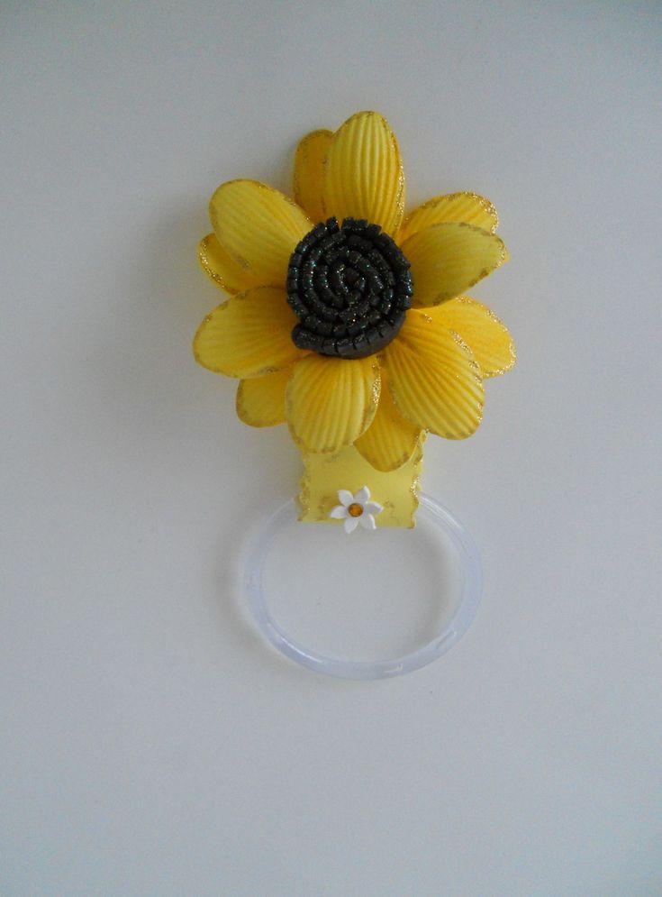 Porta pano de prato com flor em eva na cor amarela. Consulte opções de flores e detalhes. Ótima opção para lembrancinha. Oferecemos desconto para pedidos em quantidade.