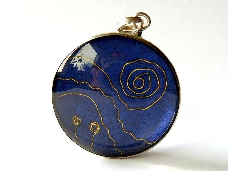"""3 cm großer Anhänger aus Glas  ein Beitrag zur Aktion Kunstraub, bei der das Gemälde """"Sternennacht"""" von Vincent van Gogh als Vorlage dient  Der..."""