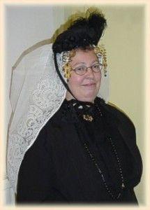 Vrouw in zondagse dracht  Op Noord-Beveland, Schouwen, Duiveland en Tholen is de klederdracht, gedragen door de boerenbevolking, enorm beïnvloed door de burgerdracht
