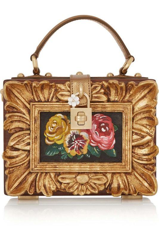 Dolce&Gabbana. Aires vintage con esta elaborada y delicada pieza rígida con acabado dorado envejecido. Junto a un jarrón con rosas y una torre de clásicos es el toque definitivo.